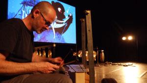 musicien Sébastien Capazza sur scène avec écran en fond de scène